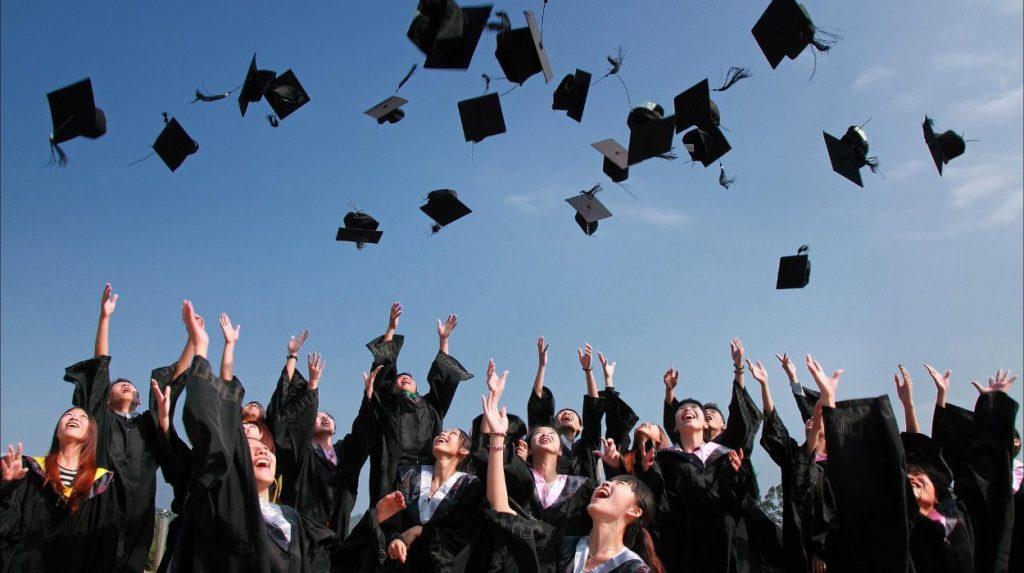 augstskolas absolvēšana